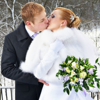 Newlyweds-Kissing-In-Snow